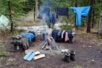 Nach einem Regentag trocknen wir unsere Kleidung an der Feuerstelle