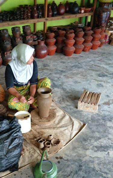 Pengrajin gerabah desa Banyumulek