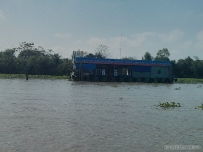 Mekong boat tour - gas station