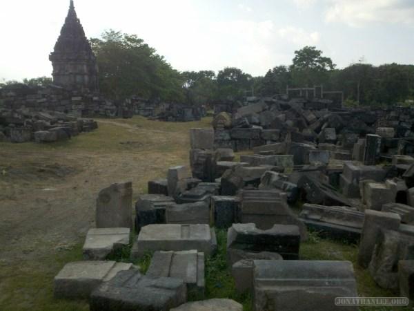 Prambanan - rubble 1