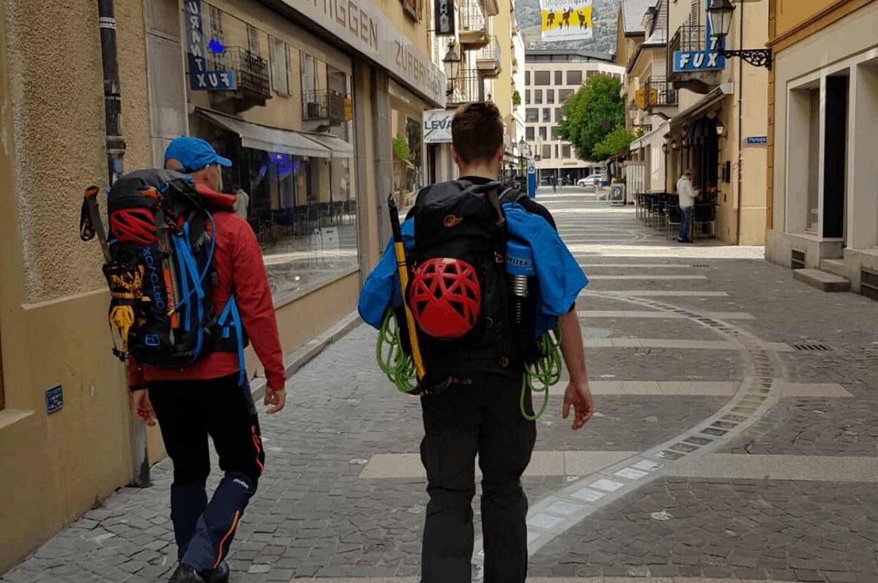 Bergsteiger auf dem Weg zur nächsten Tour