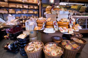 800px-Amsterdam_-_Cheese_store_-_1605