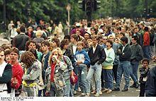 220px-Bundesarchiv_B_145_Bild-F079012-0030,_Berlin,_Michael_Jackson-Konzert,_Wartende