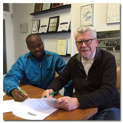 Quadri Aruna and JOOLA Managing Director Michael Bachtler signing the contract.