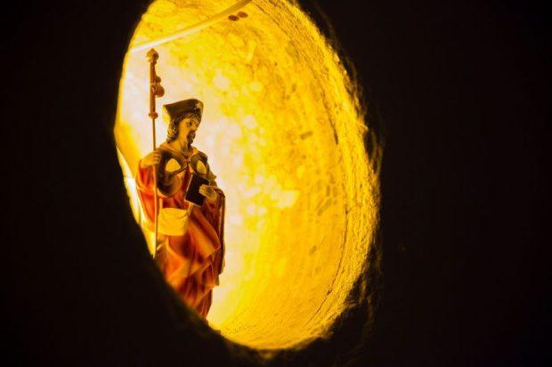 Beeld van Jacobus in een verlichte nis, aan de Jacobskapel geschonken door Stichting Pelgrimswegen naar Santiago. Foto Joost Reijnen