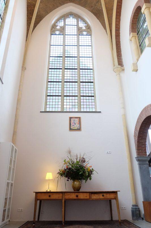 Interieur Jacobskapel Venlo met bloemsierkunst van Simon Hamstra. Foto Joost Reijnen