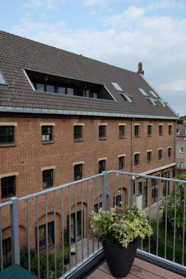 Aan de binnentuin zijn ook een in- en een uitpandig balkon gerealiseerd om ook de bewoners op de verdiepingen van een buitenruimte te voorzien.
