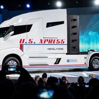 Eldrevne lastbiler skal lade op, mens de kører