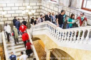 Els diables enfilen les escales del consistori tarragoní per anar a la sala on es farà la presentació