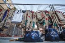 Vestuari improvitzat a les tanques del pati de l'escola Pau Delclòs