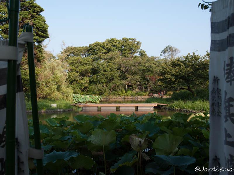 Puente en uno de los estanques