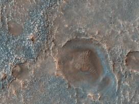 Además de depresiones y canales, Marte muestra cráteres que pudieron actuar de sumideros de agua líquida. Un ejemplo es el cráter Antoniadi, que fue identificado como un probable lago antiguo (ahora seco) que tuvo aportes de agua superficial y subterránea. (Imagen tomada de https://www.nasa.gov/)