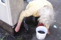 Frau Omi putzt den Elektrokasten