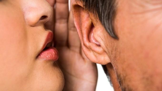 Alguien Te Habla Al Oído