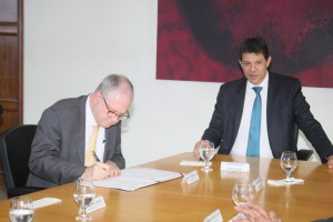 Reitor Marco Antonio Zago assina os documentos, à direita, Fernando Haddad - Foto Ernani Coimbra/ Assessoria de Imprensa da USP
