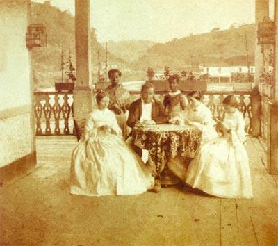 Estudo investigou como o racismo foi tratado ao longo da história e como ele influencia a atividade dos psicólogos profissionais (foto: Família e suas escravas domésticas no Brasil, Revert Henry Klumb, 1860 - Foto: Wikimedia Commons