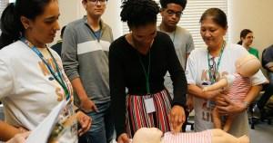Alunos da USP ensinam primeiros socorros para jovens de escola pública