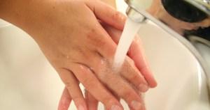 Lavar mãos evita até 40% de infecções como gripe e conjuntivite