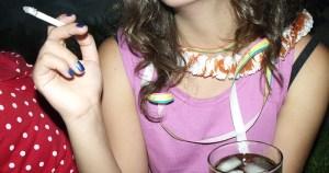 Fumar e beber durante a gestação traz riscos ao feto