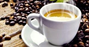 Consumir uma a três xícaras de café por dia pode reduzir o risco de hipertensão