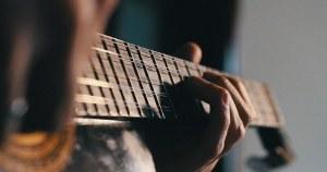 Com pseudônimo O Gajo, violeiro interpreta músicas de raiz da cultura portuguesa