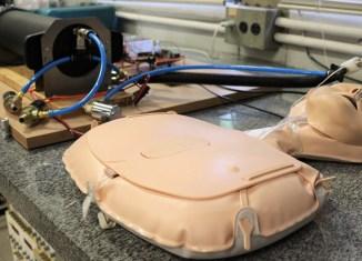 RAI calcula a dose ideal de oxigênio que deve ser bombeada, de acordo com a altura e sexo do paciente - Foto: Henrique Fontes - SEL/USP