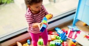 Como manipular objetos pode influenciar no desenvolvimento infantil?