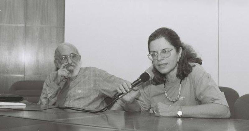 A professora Lisete Arelaro ao lado de Paulo Freire