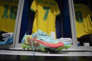 Jogador Richarlison leiloa chuteira usada na semifinal da Copa América para o USP Vida
