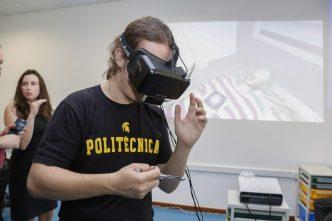 Imagem com visitante utilizando óculos de realidade virtual