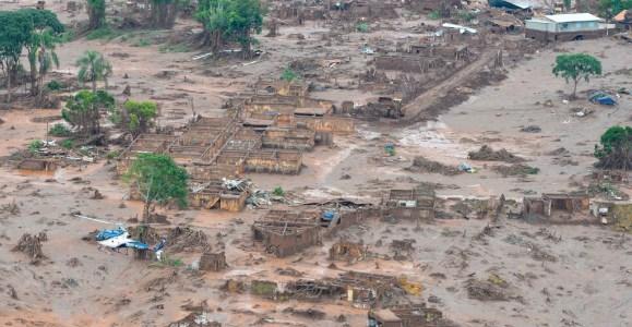 O rompimento da barragem com rejeitos de mineração da Samarco em Mariana (MG) em 2015 motivou artigo que faz parte do dossiê dessa Revista do IEB (Foto: Antonio Cruz/Agência Brasil)