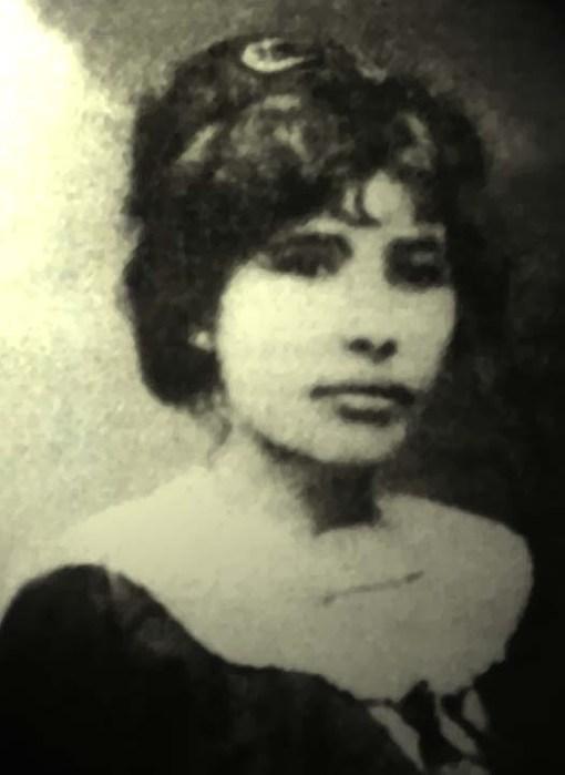 Celina Guimarães, primeira mulher mossoroense a tirar o título de eleitor, votando onde atualmente funciona a Biblioteca Municipal de Mossoró, em 1928