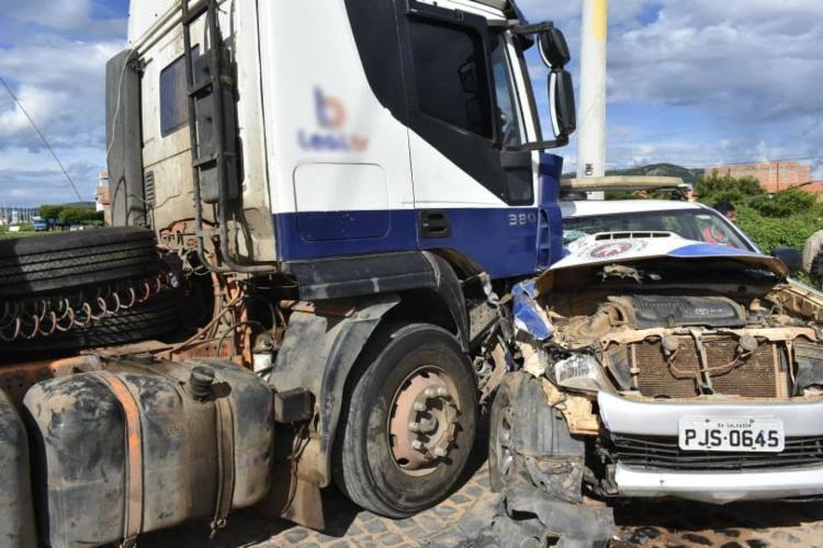 Após colidir contra viatura, caminhoneiro é flagrado com cocaína na cabine
