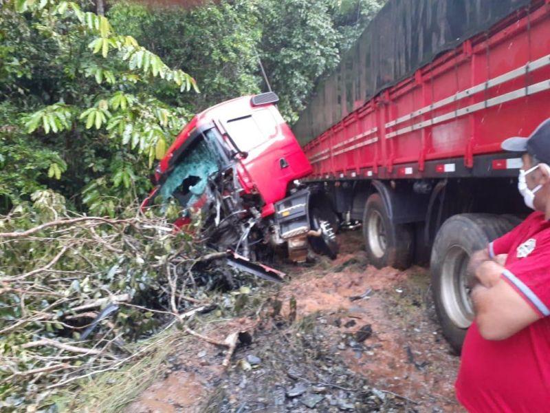 Colisão frontal entre carreta e caminhão guincho mata dois na BR-319