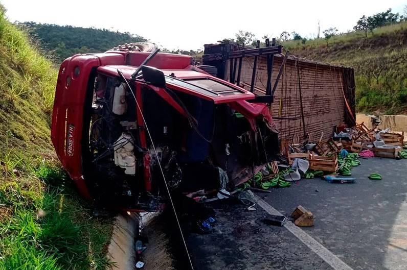 Caminhoneiro, esposa e bebê de 1 ano ficam gravemente feridos após acidente na BR-146