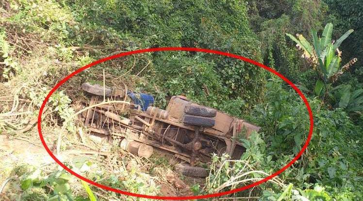 Crianças desengatam freio de caminhão e veículo caí em ribanceira de 15 metros