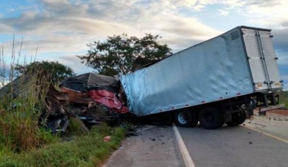 Um caminhoneiro morre e outro fica ferido em grave acidente na BR-153