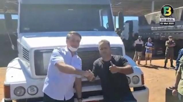 bolsonaro-faz-questão-de-abraçar-caminhoneiros-na-br.jpg
