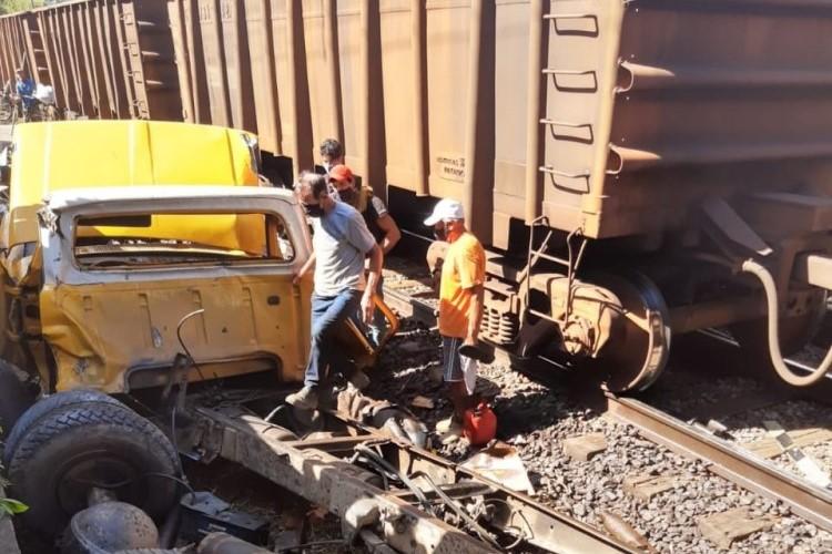 Caminhão tem pane mecânica em cima de ferrovia e é atingido por trem