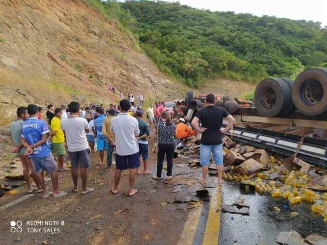 Caminhoneiro é resgatado consciente das ferragens após grave acidente