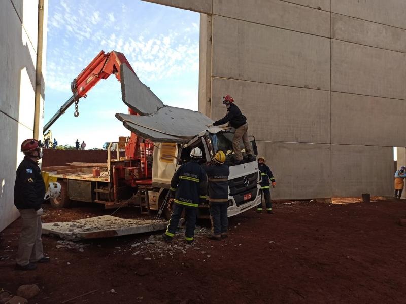 Caminhoneiro fica ferido após placa de concreto cair em cima da cabine