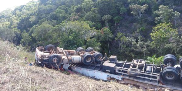 Duas pessoas morrem enquanto saqueavam carga de caminhão na Bahia