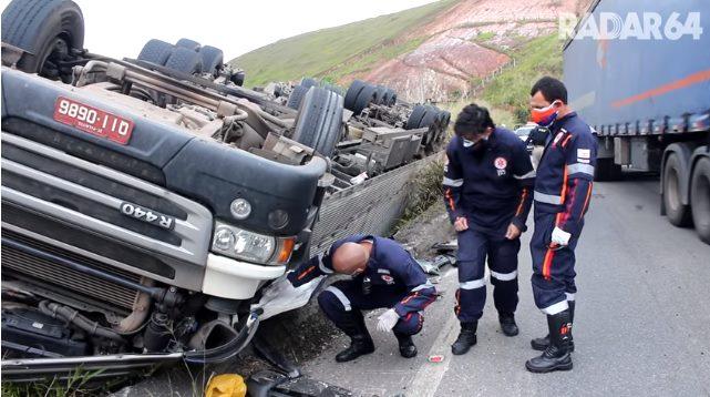Esposa de caminhoneiro morre após acidente na BR-101