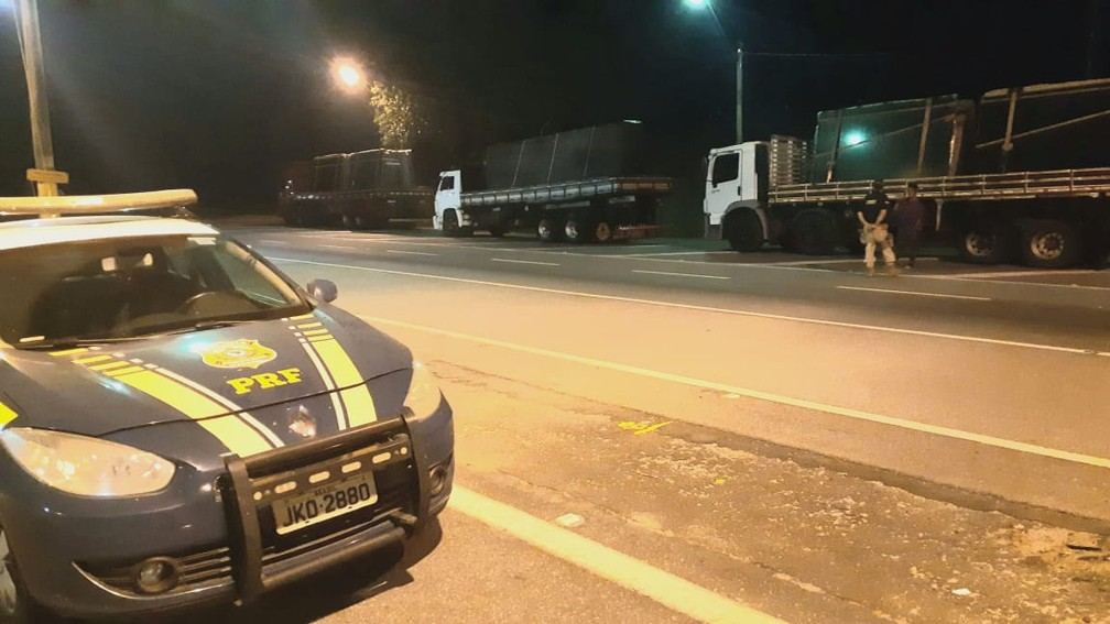 PRF multa 3 caminhões em R$16 mil por excesso de peso