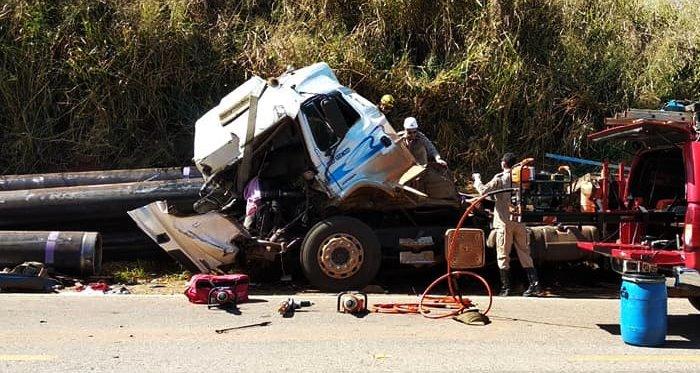 Passageira morre após carga de tubos esmagar cabine de caminhão BR-153,