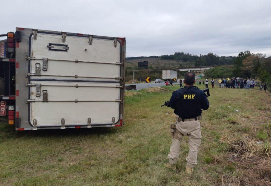 Populares se reúnem para saquear carga, mas PRF impede ação