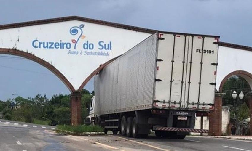 Carreta entala em portal de avenida em Cruzeiro do Sul no Acre