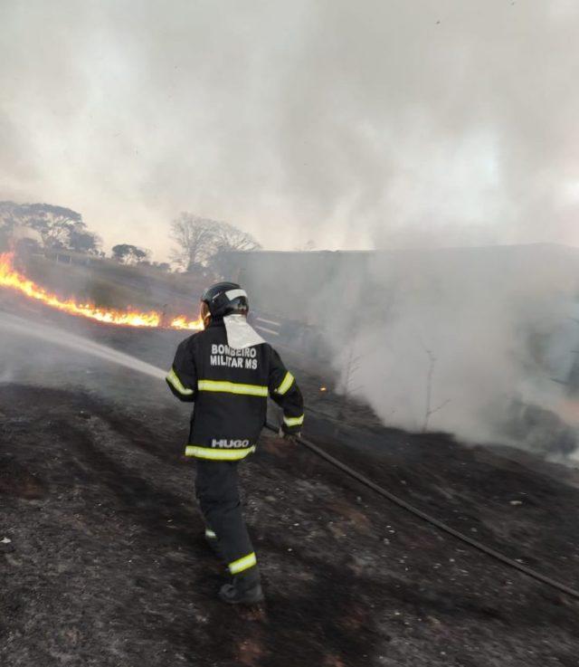 Cavalo mecânico fica destruído por incêndio na BR-158