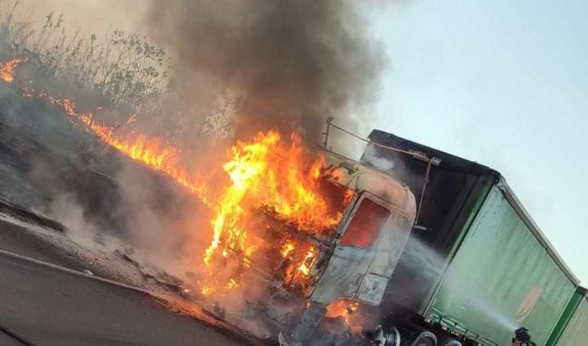 Cavalo-mecânico-fica-destruído-por-incêndio-na-BR-158-4