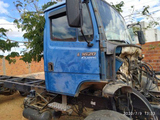 Polícia Militar encontra dois Mercedes-benz 1620 roubados em processo de desmanche na Bahia.
